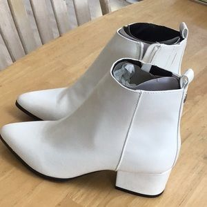 Target Ladies Size 5 1/2 White Above Ankle Boot